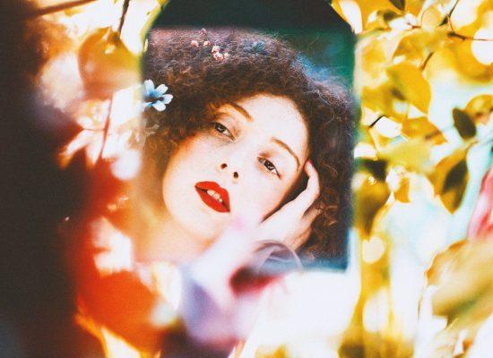 Spiegelbild einer Frau in Herbstfarben