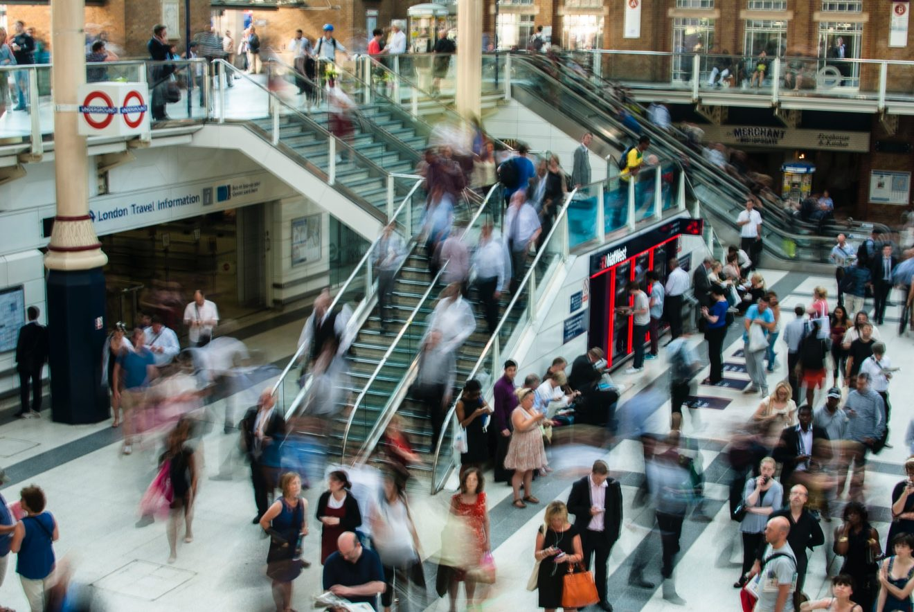 Menschen in einer Shopping-Mall