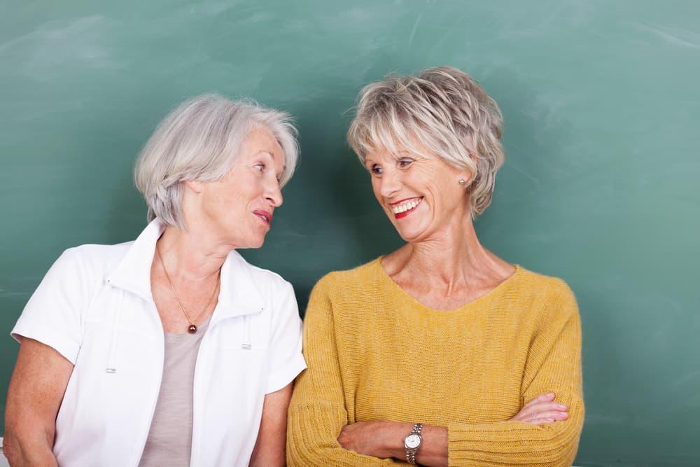 Freundlichkeit im Gespräch zwischen zwei Frauen